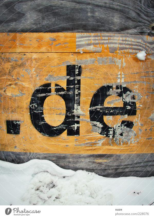 Top-Level-Domain schwarz gelb Wand Schnee Holz Deutschland Schriftzeichen Internet Buchstaben Zeichen Punkt Informationstechnologie verwittert Abnutzung Holzwand Technik & Technologie