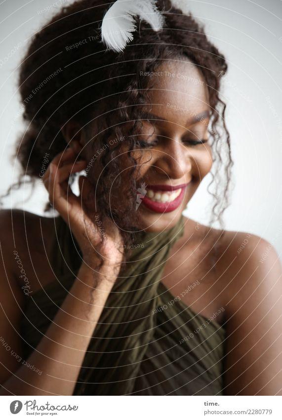 Arabella feminin Frau Erwachsene 1 Mensch Stoff Tuch Haare & Frisuren brünett langhaarig Locken Feder berühren Erholung festhalten genießen lachen