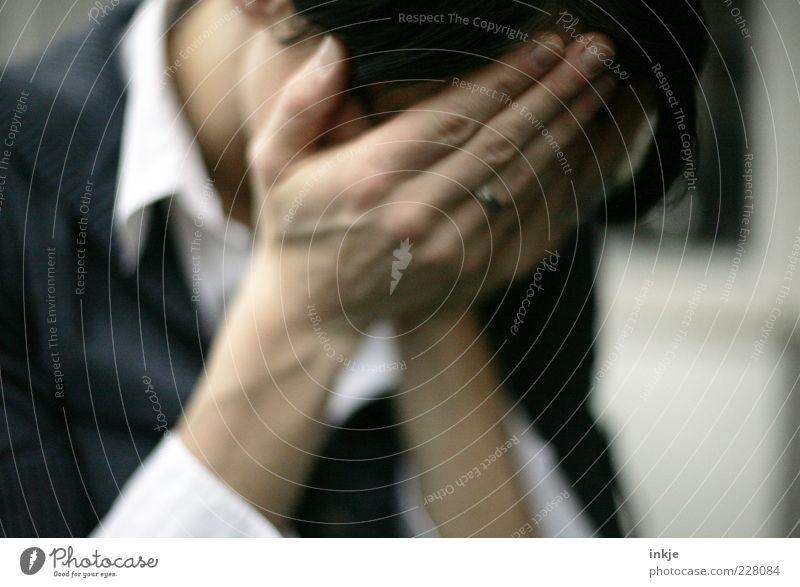 Kummer Frau Hand Gesicht Erwachsene Leben Gefühle Traurigkeit Stimmung Finger trist Trauer Schutz Stress verstecken Ring brünett