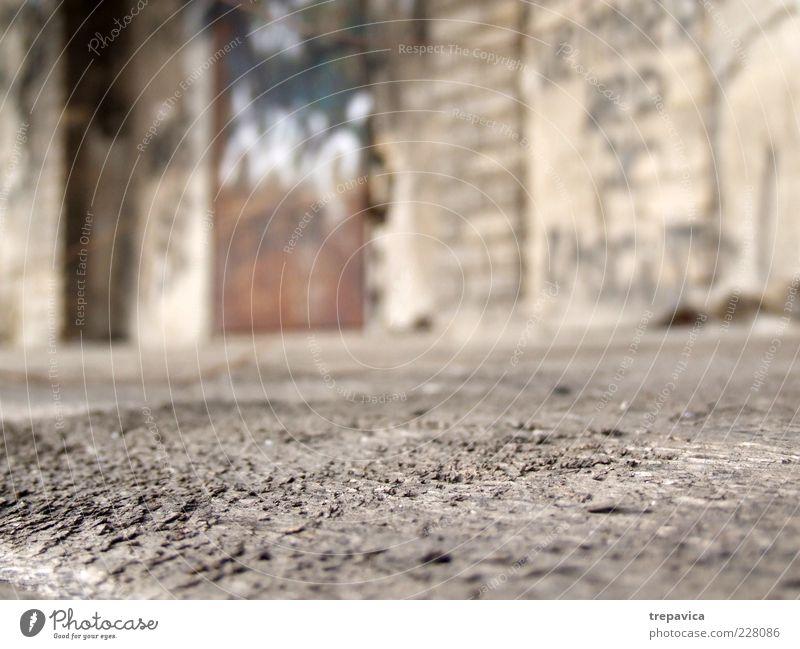 ... Ruine Mauer Wand Holz Rost alt Armut dreckig braun grau Detailaufnahme Menschenleer Unschärfe Froschperspektive Boden trist Textfreiraum unten