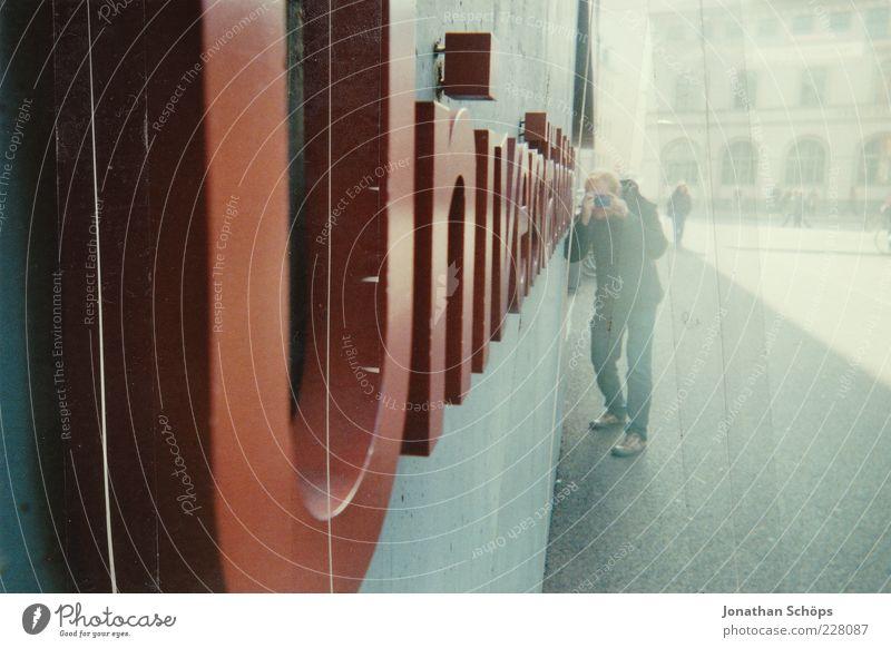 Universitätsschrift Mensch Jugendliche Stadt rot Freude Erwachsene Wand Architektur Gebäude Mauer Fassade Beton maskulin ästhetisch Studium Schriftzeichen