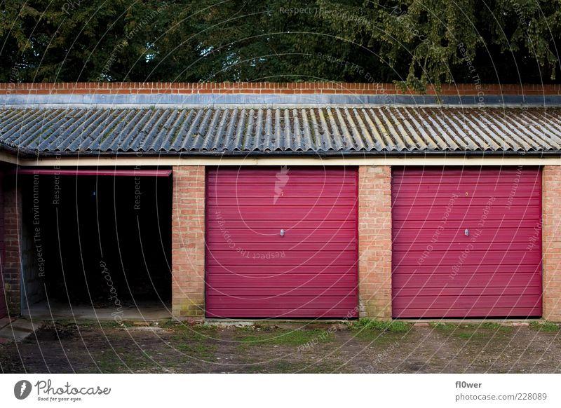 auf – zu - zu Umwelt Natur Gras Bauwerk Gebäude Dach Dachrinne Garage Garagentor alt grün rot Sicherheit Schutz bedrohlich Mittelstand offen geschlossen