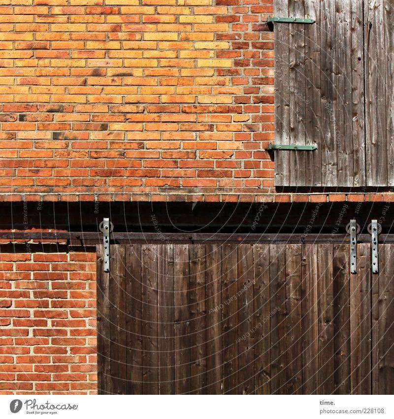 Rollvorhang rot Wand Holz Mauer Metall braun Fassade geschlossen Metallwaren Bauernhof Backstein Tor Eisen Scheune Maserung Leiste