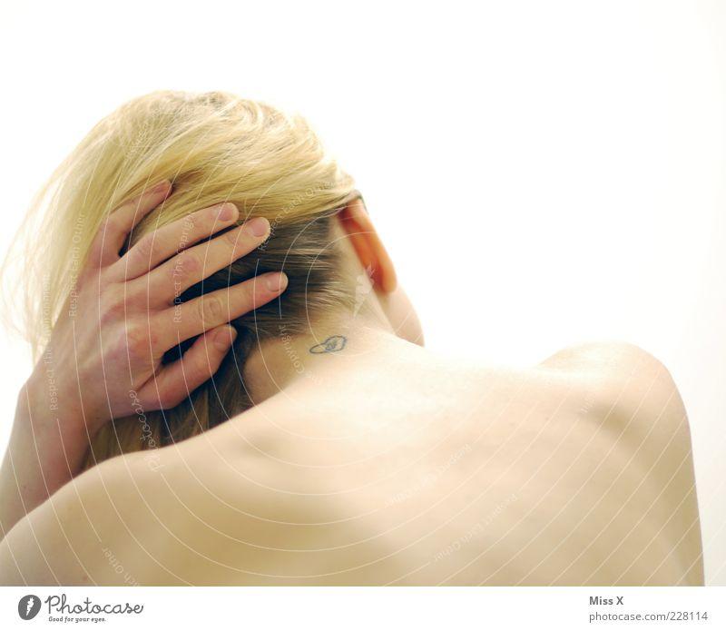 Ein Tattoo aus Liebe = ein großer Fehler Mensch Junge Frau Jugendliche Leben Haut Rücken 1 18-30 Jahre Erwachsene blond Zeichen Schriftzeichen feminin