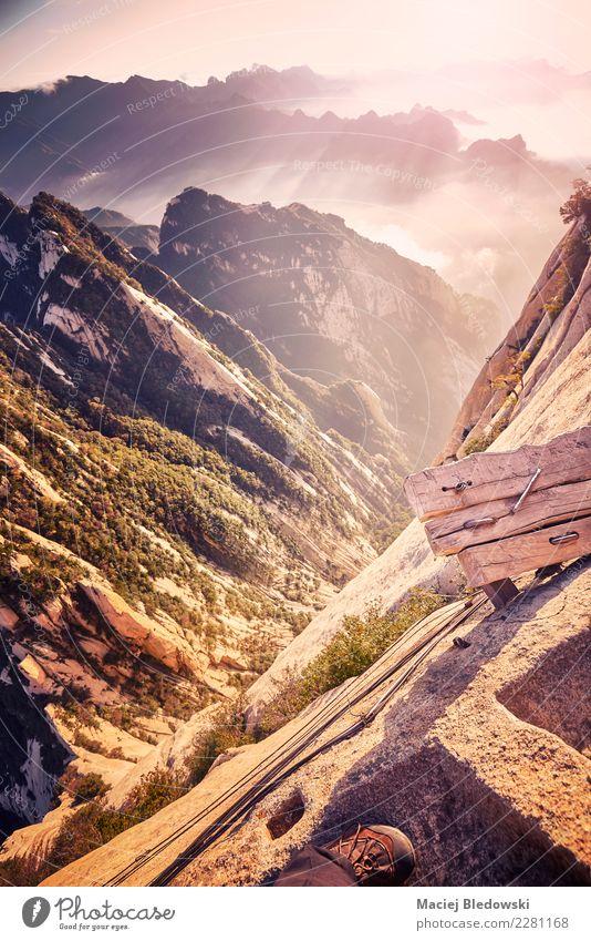 Plank Road Trail am Mount Hua, weltweit gefährlichste Wanderung. Ferien & Urlaub & Reisen Tourismus Abenteuer Freiheit Sightseeing Expedition Berge u. Gebirge