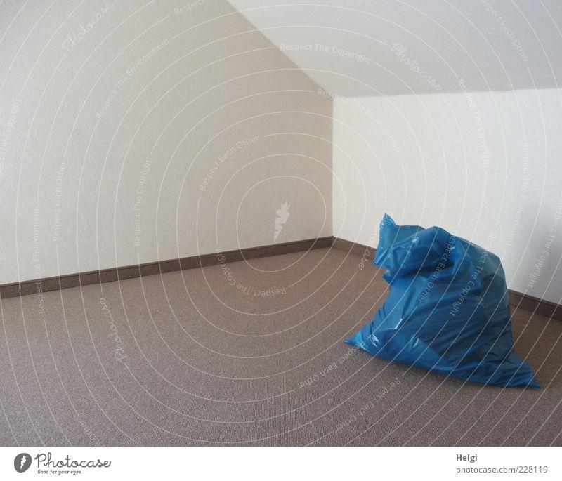 aufgeräumt.... Mauer Wand Raum Zimmerecke Bodenbelag Sack Müllsack Kunststoff stehen Häusliches Leben ästhetisch eckig einfach frisch hell Sauberkeit blau braun