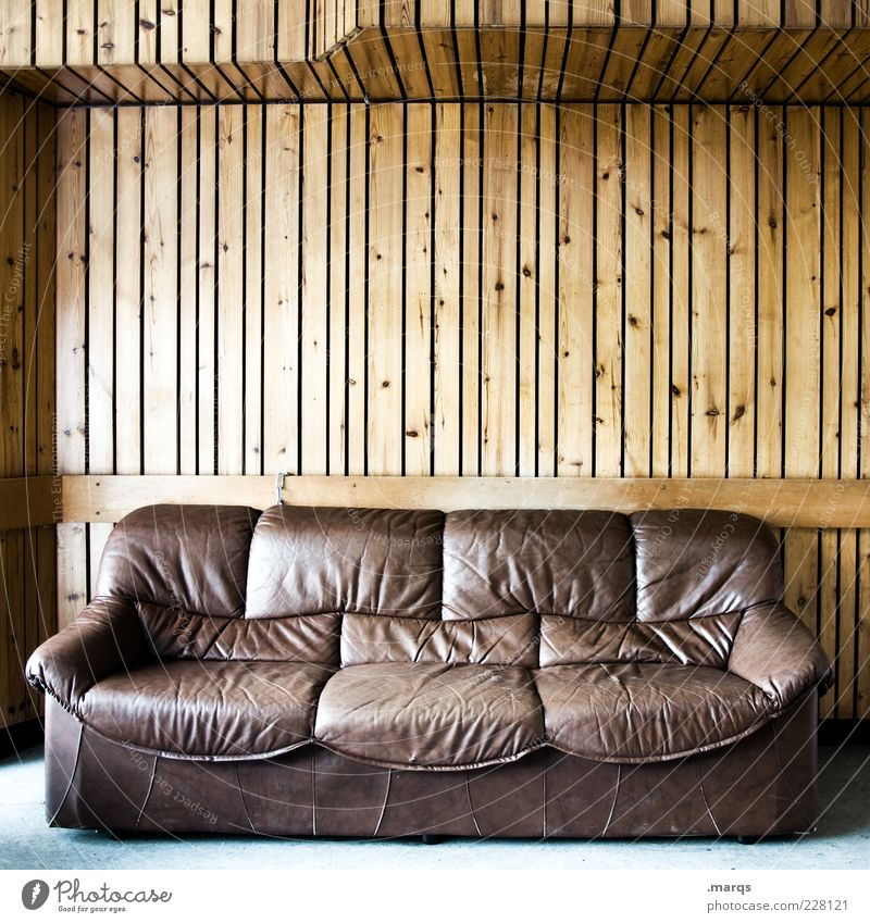 Sitz! Lifestyle Häusliches Leben Innenarchitektur Sofa Wohnzimmer Leder Holz Linie braun Sitzgelegenheit Farbfoto Gedeckte Farben Innenaufnahme Menschenleer