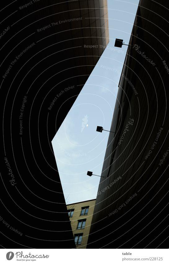 Betonschlucht mit Mond Himmel blau Einsamkeit Haus dunkel Fenster schwarz kalt Wand Architektur Mauer Lifestyle Lampe Fassade Häusliches Leben leuchten