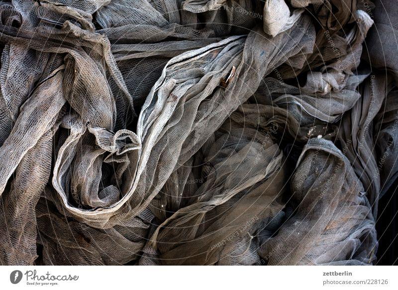 Meerjungfrau grau braun Stoff Netz Falte chaotisch durcheinander Textilien Haufen Faltenwurf