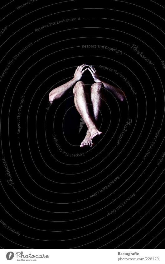 Ausstellungsstück Mensch Mann Hand schön schwarz Erwachsene Stil Beine Fuß Angst Arme maskulin außergewöhnlich Verzweiflung anonym Schrecken