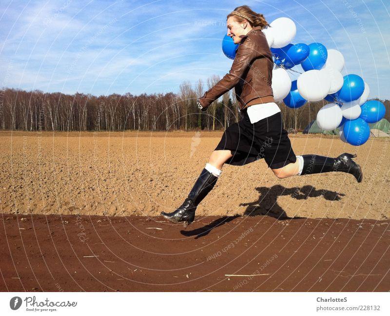 Spaziergang Jugendliche blau weiß Freude Ferne Wald feminin springen Bewegung Sand Wege & Pfade Mode Feld laufen rennen Lifestyle