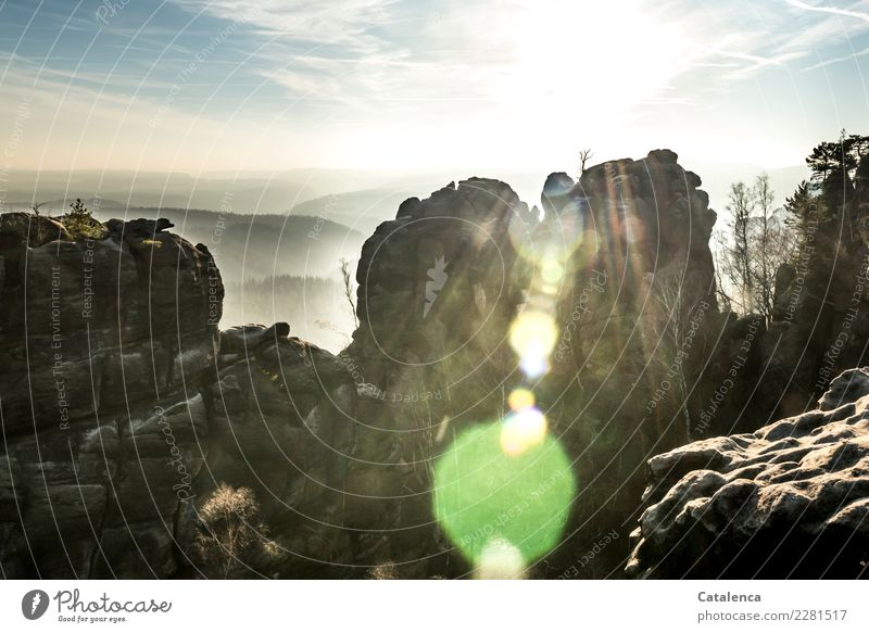 Felsige Landschaft, Sonnenlicht durchflutet Himmel Natur blau grün weiß Baum Winter Ferne Berge u. Gebirge außergewöhnlich grau braun Stimmung Felsen wandern
