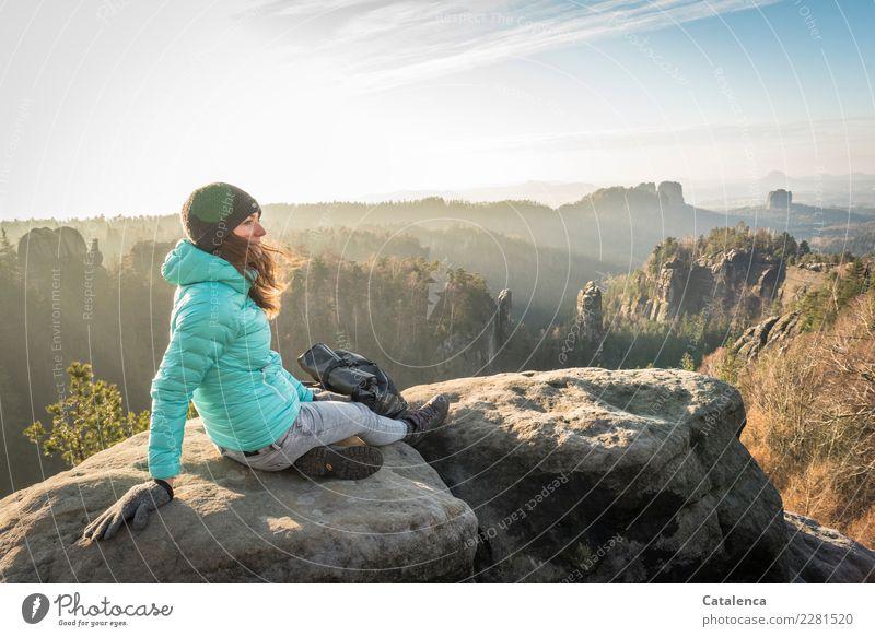 Winterbeleuchtung feminin 1 Mensch 18-30 Jahre Jugendliche Erwachsene Landschaft Himmel Sonne Sonnenlicht Schönes Wetter Baum Wald Felsen Berge u. Gebirge