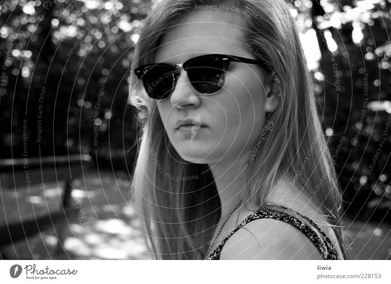at home Jugendliche langhaarig Junge Frau seriös Frauengesicht Porträt Ray-Ban