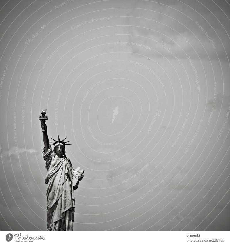 Stehlampe Himmel New York City USA Sehenswürdigkeit Wahrzeichen Freiheitsstatue Zeichen Schwarzweißfoto Textfreiraum rechts Textfreiraum oben Tag Vorderansicht