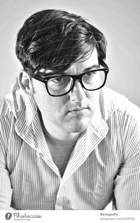 self Stil Mensch maskulin Mann Erwachsene Kopf 1 Hemd Brille Gefühle nachdenklich Blick Freak Schwarzweißfoto Innenaufnahme Brillenträger kurzhaarig neutral