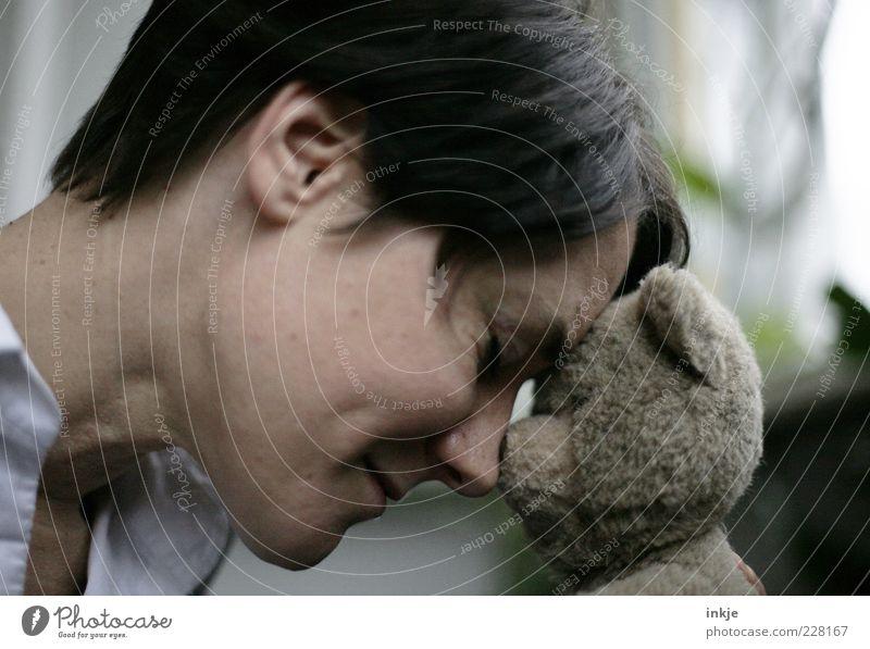 manche Liebe hält ein Leben lang Frau Erwachsene Kopf Gesicht Teddybär berühren festhalten authentisch Glück Unendlichkeit nachhaltig Gefühle Stimmung Vertrauen