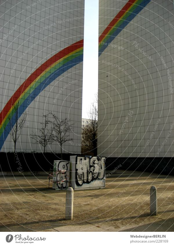 Regenbogenblock Menschenleer Hochhaus Graffiti Plattenbau gemalt Farbfoto Tag Sonnenlicht eng trist einfach Fassadenverkleidung Wand bemalt