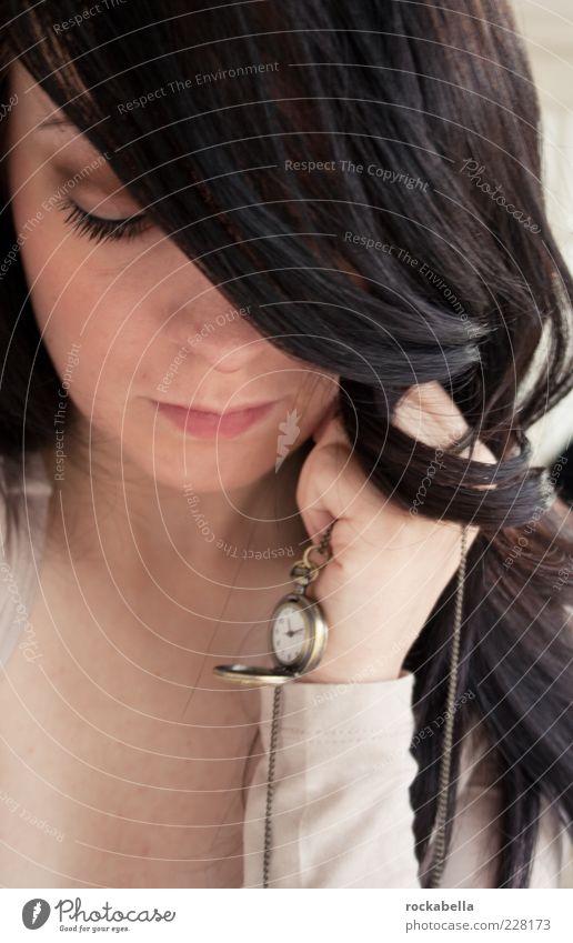 was ist zeit? Frau Mensch Jugendliche feminin Erwachsene Denken träumen Zeit elegant ästhetisch Uhr beobachten festhalten Warmherzigkeit Vertrauen