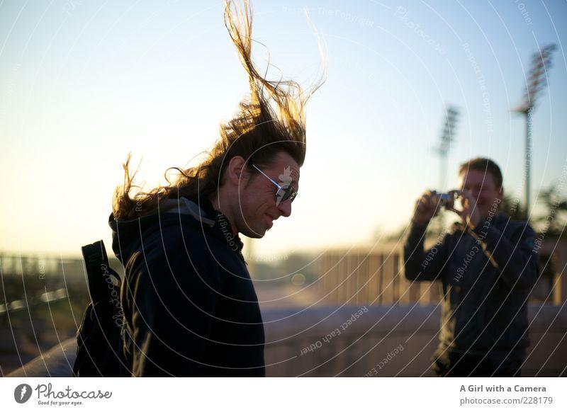 hair-raising Mensch Mann Freude Erwachsene Haare & Frisuren lachen Freundschaft fliegen maskulin Lächeln Schönes Wetter langhaarig Fotograf Fotografieren