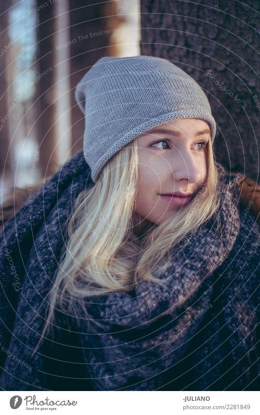 Portrait der jungen Frau im Winter Lifestyle Freude Ausflug Abenteuer Freiheit Schnee Winterurlaub Mensch feminin Junge Frau Jugendliche 1Menschliches Wesen