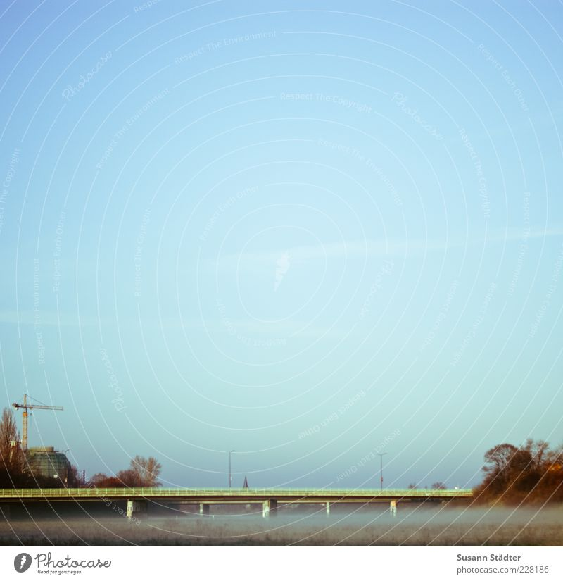 Flutrinne Wiese Nebel Brücke Sträucher Baustelle Verkehrswege Kran Brückengeländer Blauer Himmel Gewässer standhaft Wolkenloser Himmel Menschenleer Himmel Morgennebel Nebelfeld
