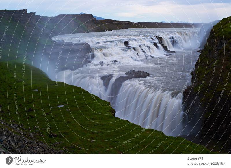 Gullfoss Natur Wasser grün Ferne Landschaft grau braun Kraft Energie groß Macht Fluss Island Schlucht Wasserfall Gischt