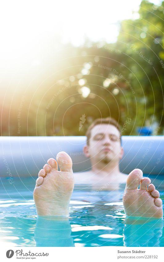 hang loose maskulin Mann Erwachsene Fuß Schwimmen & Baden Schweben Wasser Schwimmbad Fußsohle Kinnbart Beckenrand blau Wasseroberfläche nass ruhig Erholung