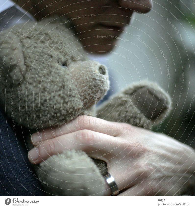 gemeinsam alt werden ;-) Kindheit Erwachsene Leben Hand Teddybär festhalten Liebe authentisch Zusammensein nachhaltig Gefühle Stimmung Schutz Geborgenheit