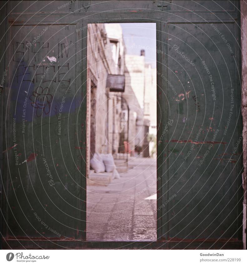 Frieden. Stadt Mauer Wand Fassade Tor alt authentisch eckig einfach kaputt trist Gefühle Stimmung Farbfoto Außenaufnahme Menschenleer Tag Licht