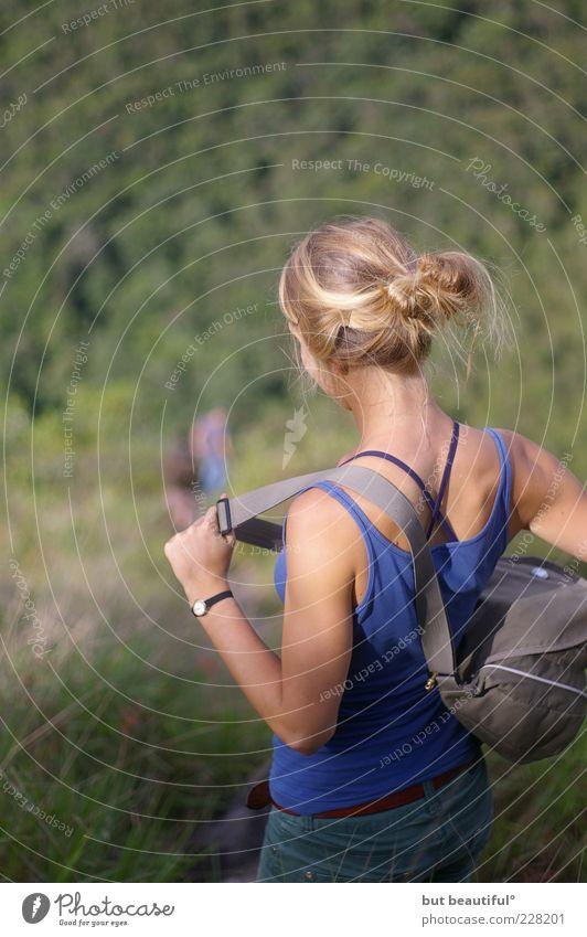auf geht's° Mensch Jugendliche Ferien & Urlaub & Reisen feminin Erwachsene Gras blond Rücken wandern stehen 18-30 Jahre Schulter Junge Frau Rucksack Tanktop