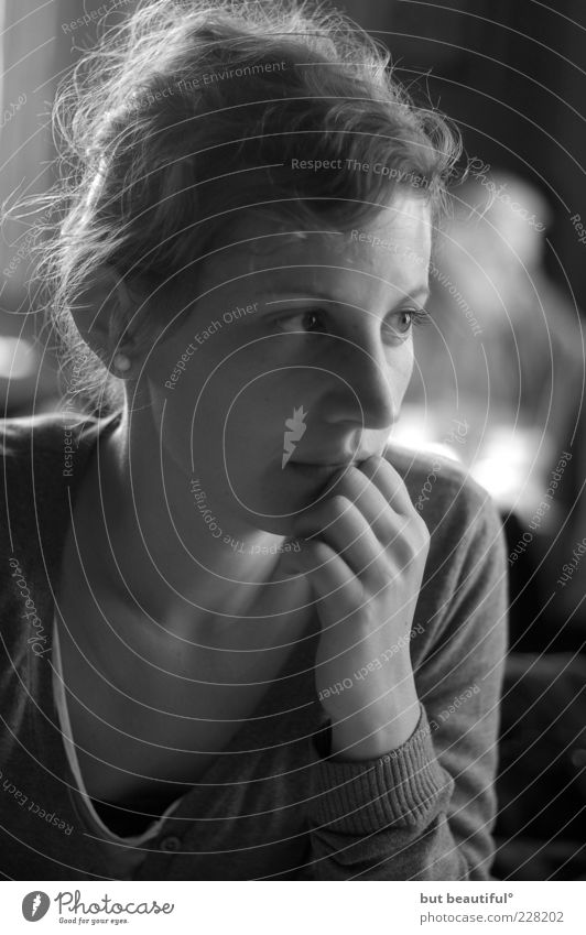 sanftl° Frau Mensch Jugendliche Einsamkeit feminin Gefühle Erwachsene weich nachdenklich Sehnsucht Vertrauen 18-30 Jahre Sorge trösten