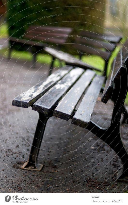 Kein Bankwetter Winter schlechtes Wetter Regen Park Parkbank Holzbank alt gebraucht Kieselsteine Asphalt leer Einsamkeit 3 Halbkreis Farbfoto Gedeckte Farben