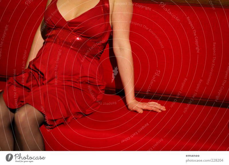 wollust Mensch Hand schön rot Erwachsene feminin Stil Arme sitzen warten frei Lifestyle Bank Kleid 18-30 Jahre Sofa