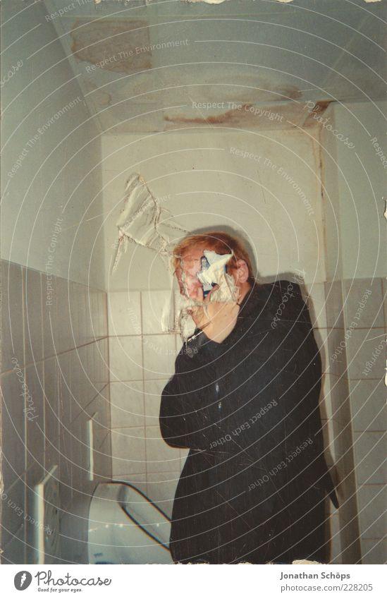 die Decke geht kaputt Mensch maskulin 1 beobachten Erholung festhalten Kitsch verrückt trashig Freude Scham rebellieren Toilette Pissoir Männersache kopflos
