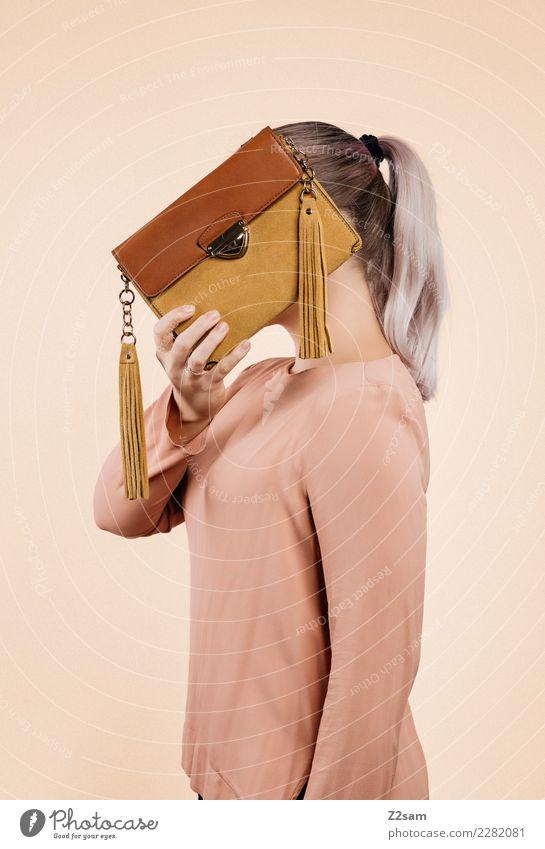 IDENTITY Lifestyle elegant Stil feminin Junge Frau Jugendliche 18-30 Jahre Erwachsene Blatt Mode Bluse Handtasche blond Zopf Luftballon festhalten Coolness
