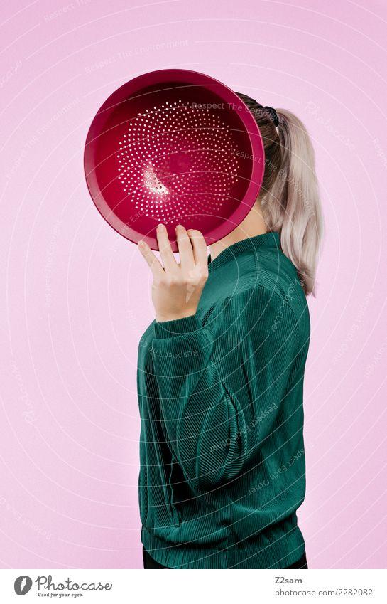 IDENTITY Schalen & Schüsseln Salatschüssel Lifestyle elegant Stil feminin Junge Frau Jugendliche 18-30 Jahre Erwachsene Mode Jacke blond Zopf festhalten stehen