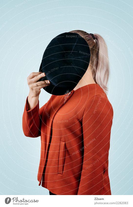 IDENTITY Lifestyle elegant Stil feminin Junge Frau Jugendliche 18-30 Jahre Erwachsene Mode Jacke Hut blond festhalten trendy modern blau mehrfarbig rot Coolness