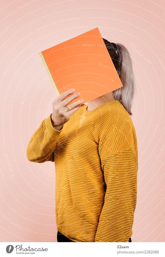IDENTITY Lifestyle elegant Stil feminin Junge Frau Jugendliche 18-30 Jahre Erwachsene Mode Pullover blond Buch festhalten einfach trendy modern gelb orange