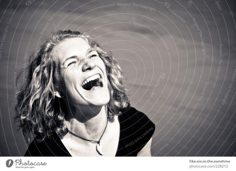 Über-Drüber-Glücks-Moment feminin Junge Frau Jugendliche Erwachsene Kopf Haare & Frisuren Zähne 1 Mensch 18-30 Jahre Sommer Seeufer Halskette blond Locken