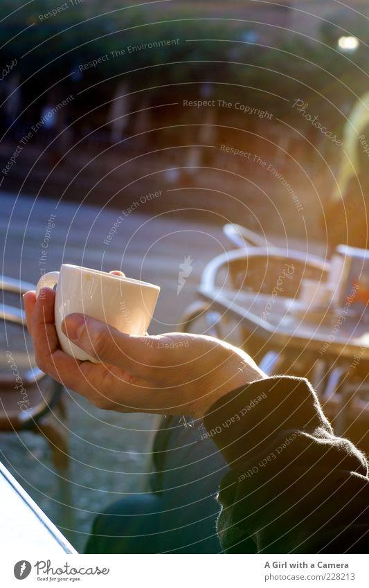 Zeit zum Chillen Mann Hand Freude Erholung Erwachsene Glück träumen Stimmung Zufriedenheit elegant sitzen Getränk Tisch Lifestyle Kaffee trinken