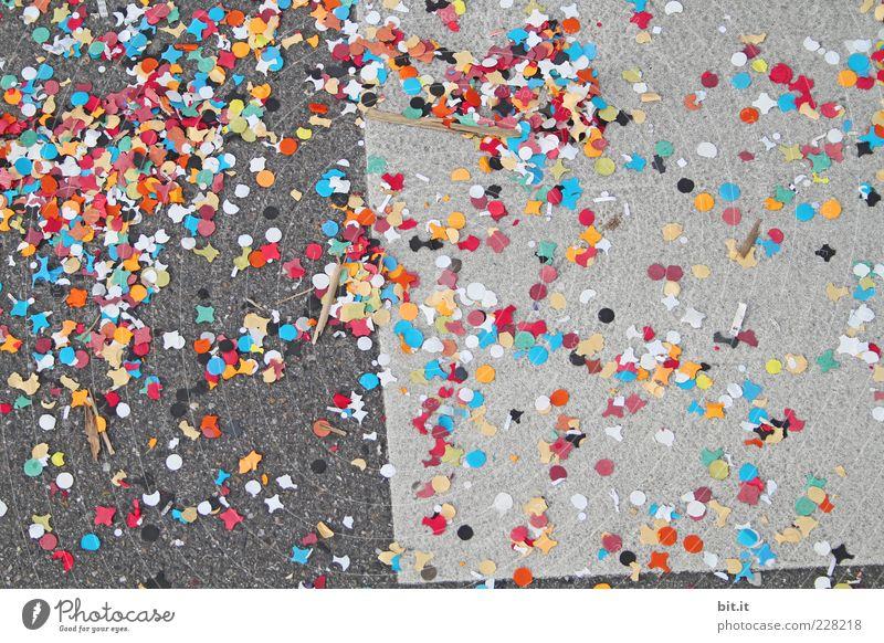 Konfetti S/W Freude Leben Glück Stein Stimmung Feste & Feiern liegen rund Asphalt Zeichen Silvester u. Neujahr Müll Karneval Veranstaltung Lebensfreude