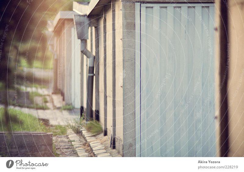 Garagenweg Sommer Gras Mauer Wand Stein Metall stehen alt eckig klein nah blau grün schwarz Sicherheit Schutz Ordnungsliebe Nostalgie Wege & Pfade