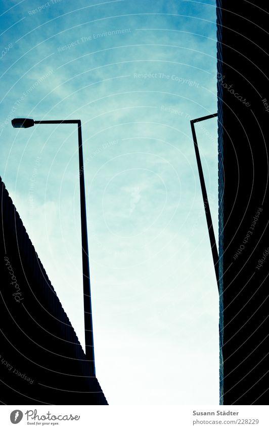 \ | Brücke komplex Laterne Himmel Brückenpfeiler Laternenpfahl Straßenbeleuchtung Wolkenschleier Farbfoto abstrakt Froschperspektive Knick Silhouette Schatten