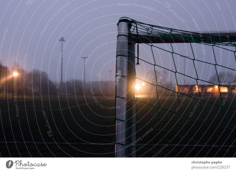 Ecke dunkel Sport Metall Freizeit & Hobby Nebel Fußball leer stehen Netz Sportrasen Spielfeld Stahl Tor Sport-Training Sportveranstaltung