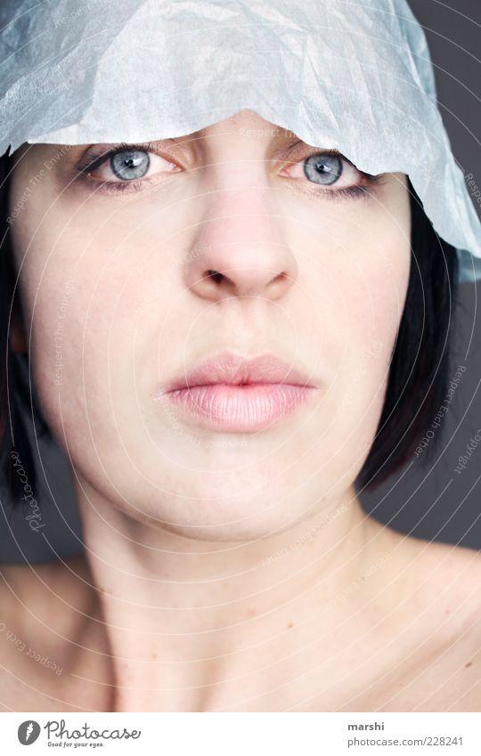 Häubchen Stil schön Haut Mensch feminin Frau Erwachsene Kopf 1 Accessoire Hut brünett blau kalt Blick Papier Hautfarbe Farbfoto Studioaufnahme Frauenaugen