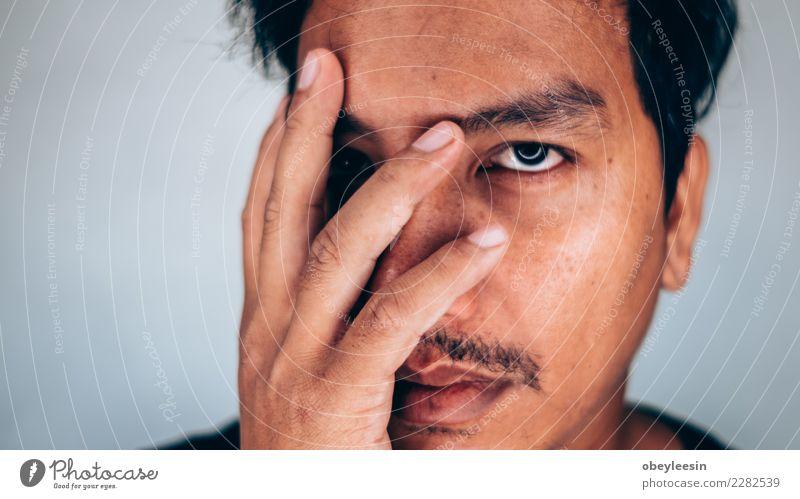 Schließen Sie herauf deprimierten jungen Mann des Gesichtsporträts Mensch alt weiß Hand Einsamkeit schwarz Erwachsene Traurigkeit natürlich grau Denken Angst