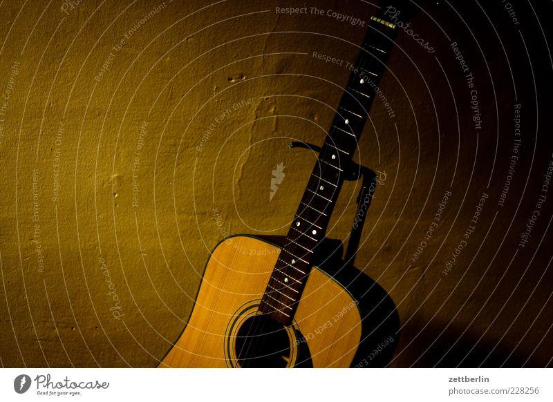 Gitarre Freizeit & Hobby Musik Saite Griffbrett dunkel Gitarrenständer Gitarrensaite Farbfoto Innenaufnahme Detailaufnahme Textfreiraum links