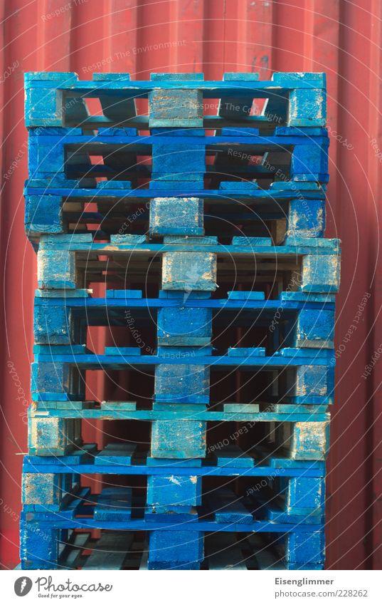 Paletten blau rot Umwelt authentisch Güterverkehr & Logistik Dienstleistungsgewerbe Langeweile Handel Stapel Container Textfreiraum Konkurrenz stagnierend Präzision lackiert Paletten