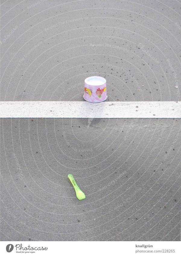 Ex und hopp weiß grau Lebensmittel liegen Speiseeis Streifen Kunststoff Becher Löffel Fahrbahnmarkierung Besteck Ernährung Schilder & Markierungen Schatten wegwerfen kopfvoran